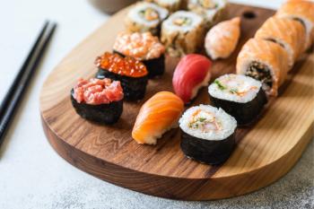 Как нужно есть суши